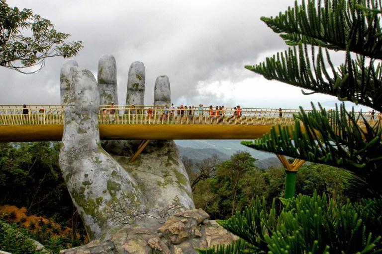 پلی که روی دو دست راسخ شده است!