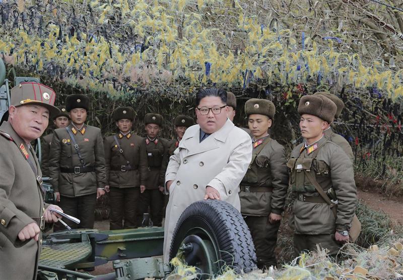 رهبر کره شمالی بر یک مانور توپخانه ای نظارت کرد