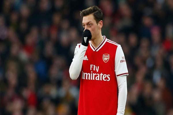 حمله مجری تلویزیون به ستاره فوتبال: ننگ بر تو!