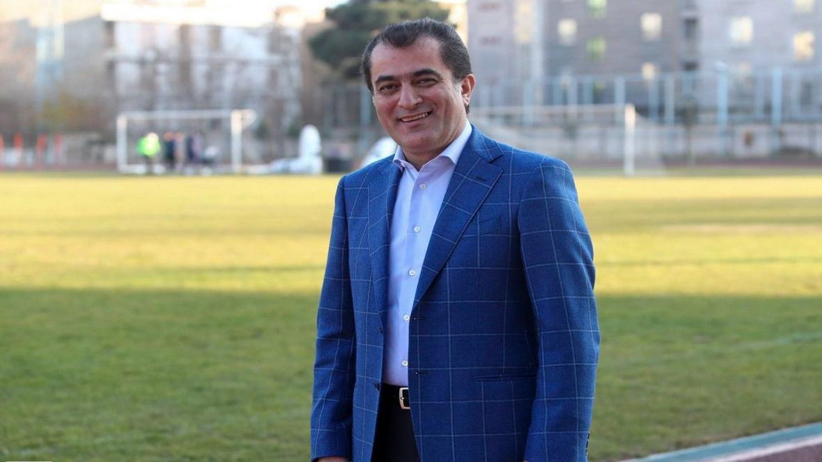 خلیل زاده: قرارداد های 10 میلیاردی بازیکنان استقلال صحت دارد ، سعادتمند یک جام را از آبی ها گرفت