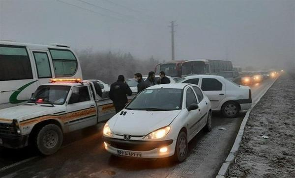 مه گرفتگی و لغزندگی جاده سبب تصادف زنجیره ای 20خودرو در اراک شد